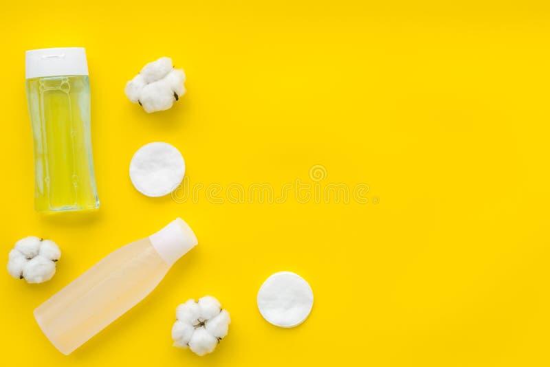 Мицелиальные пусковые площадки воды, лосьона и хлопка для заботы кожи на космосе желтой предпосылки плоском положенном для текста стоковое изображение rf