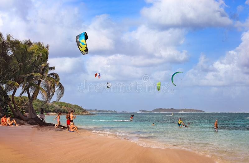 МИШЕЛЬ BEACH/MARTINIQUE - 7-ОЕ ЯНВАРЯ 2016: Заход солнца на Anse Мишеле, кавалере крышки, Мартинике, Вест-Индии стоковое фото