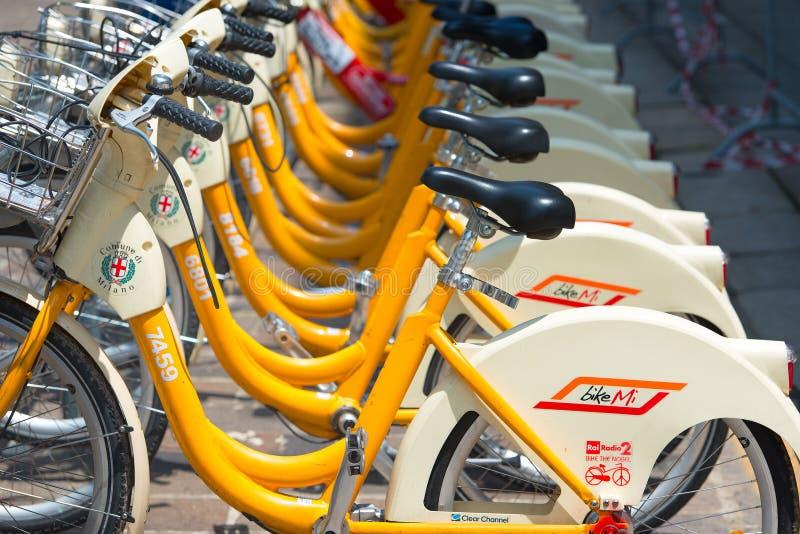 Милан Италия Велосипед обыкновенно используемый в соотвествующих космосах  стоковое изображение