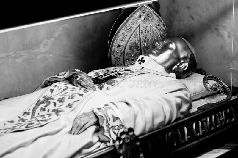 Милан Ломбардия Италия - 7-ое апреля 2014: Милан Duomo, смертные остатки кардинального Феррари стоковое изображение rf