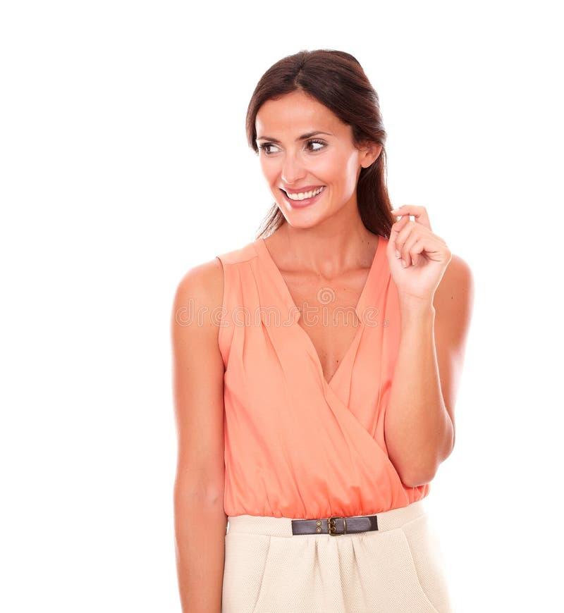 Милая дама брюнет в элегантный усмехаться блузки стоковое фото