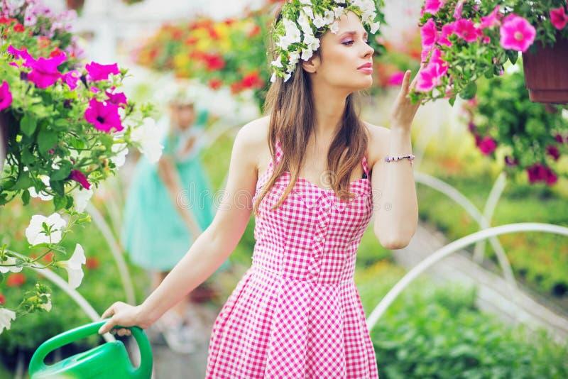 Милая дама пахнуть цветками стоковые изображения rf