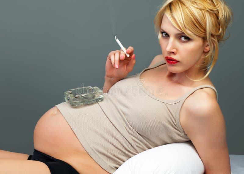 Download Милая беременная с сигаретой Стоковое Изображение - изображение насчитывающей опасно, несознательно: 33730747