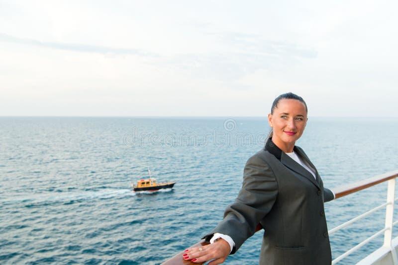 Милая бизнес-леди или счастливая милая девушка на палубе корабля стоковое фото