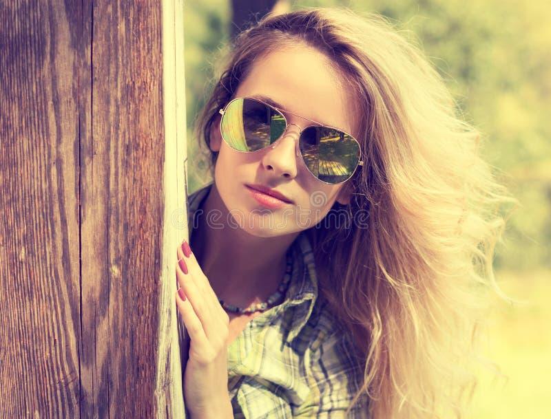 Милая девушка битника моды в Peeking стекел стоковые фото