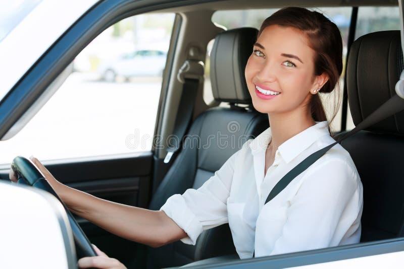 Милая девушка в автомобиле стоковые фотографии rf