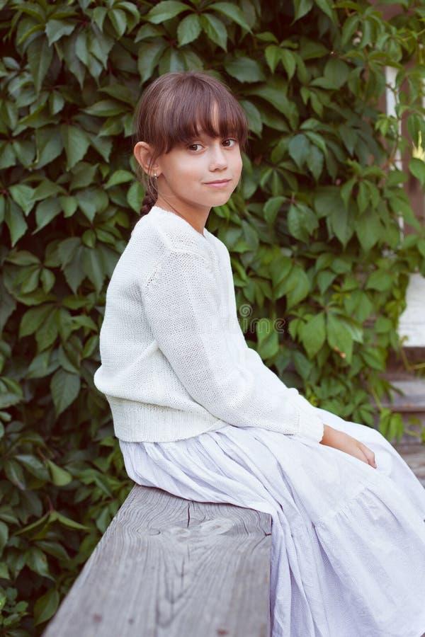 Милая девушка в белом платье стоковые изображения rf