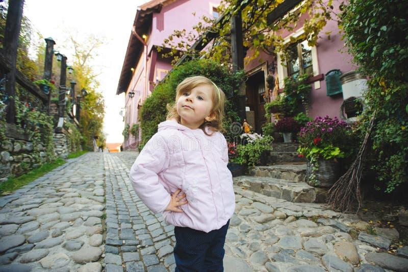 Милая девушка в дворе стоковые изображения