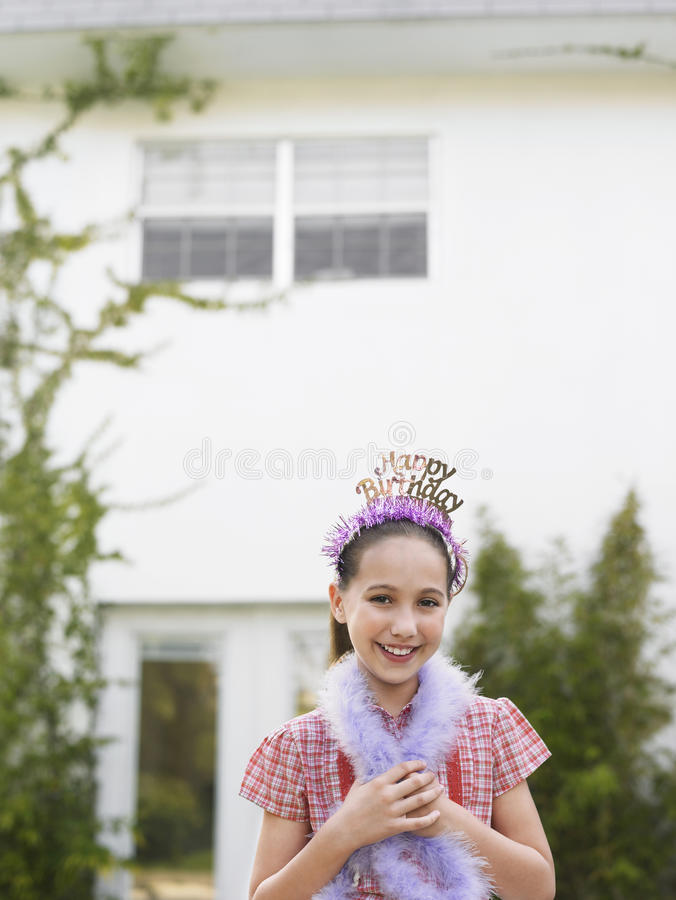 Милая девушка в горжетке тиары и пера стоковая фотография