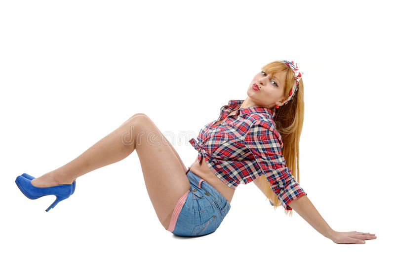 Милая девушка в ретро стиле лежа на поле стоковые фото