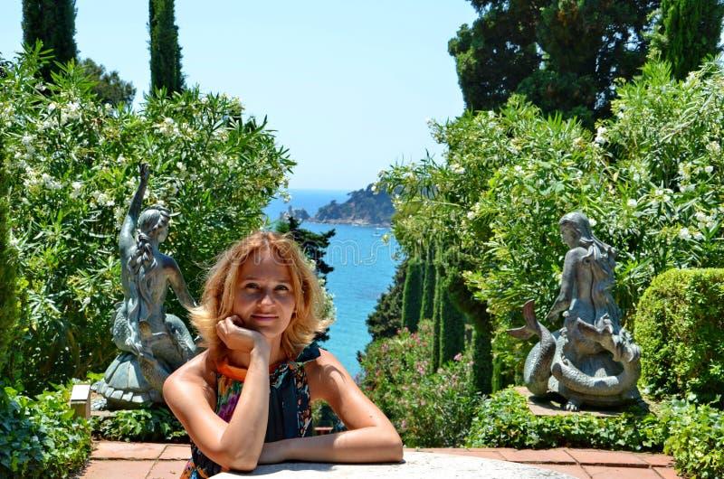 Милая девушка в садах Санты Clotilde, концепция летних каникулов стоковые изображения rf