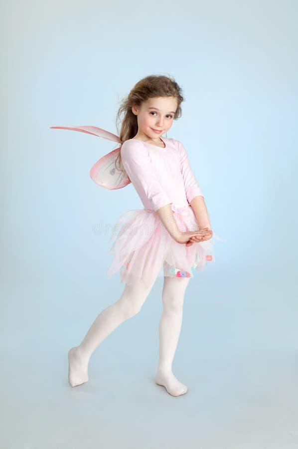 Милая девушка в fairy костюме представляя в студии стоковое фото