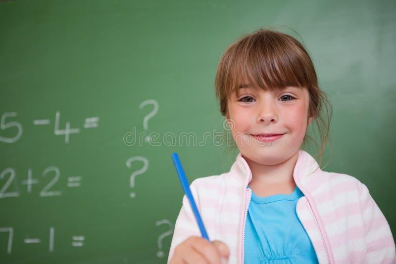 Милая девушка держа ручку стоковая фотография