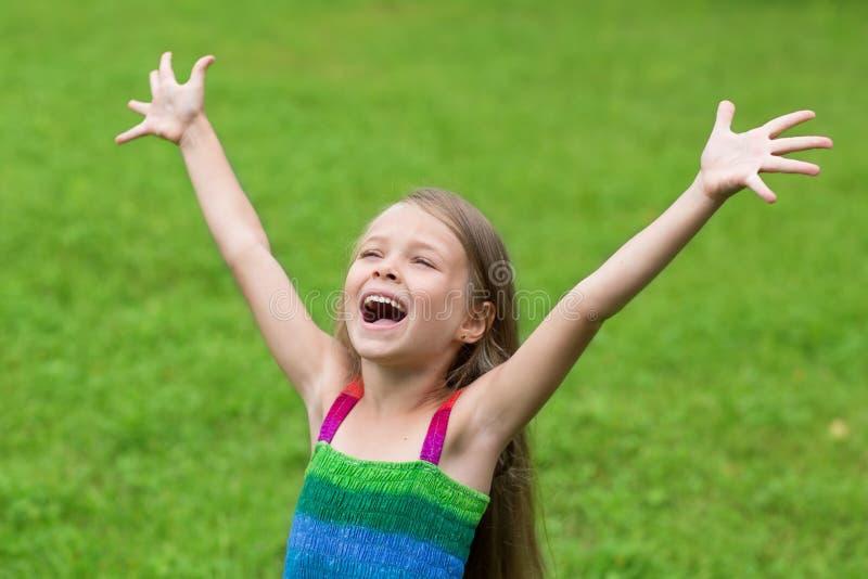 Милая девушка 7 лет с открытыми оружиями стоковое изображение rf