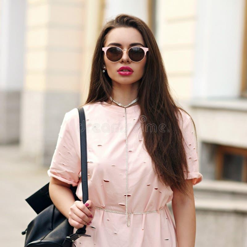 Милая девушка идя улица стоковые фото