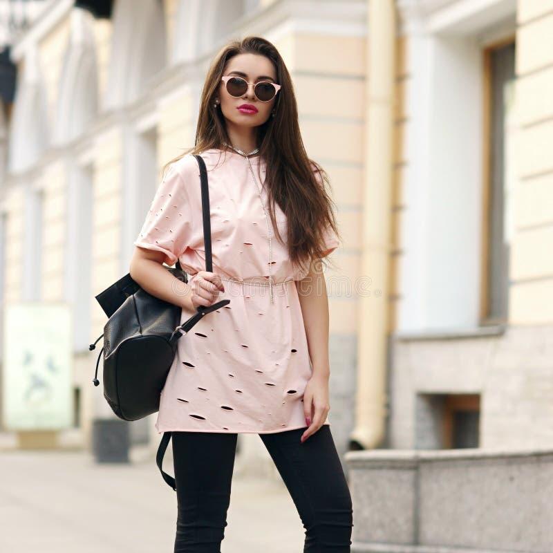 Милая девушка идя улица стоковая фотография