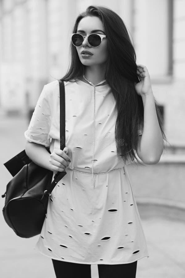 Милая девушка идя улица стоковые изображения rf