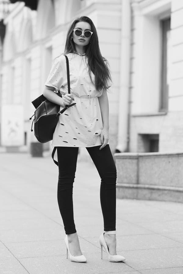 Милая девушка идя улица стоковая фотография rf