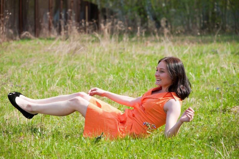 Download Милая девушка кладя на траву Стоковое Изображение - изображение насчитывающей трава, цветок: 33732425