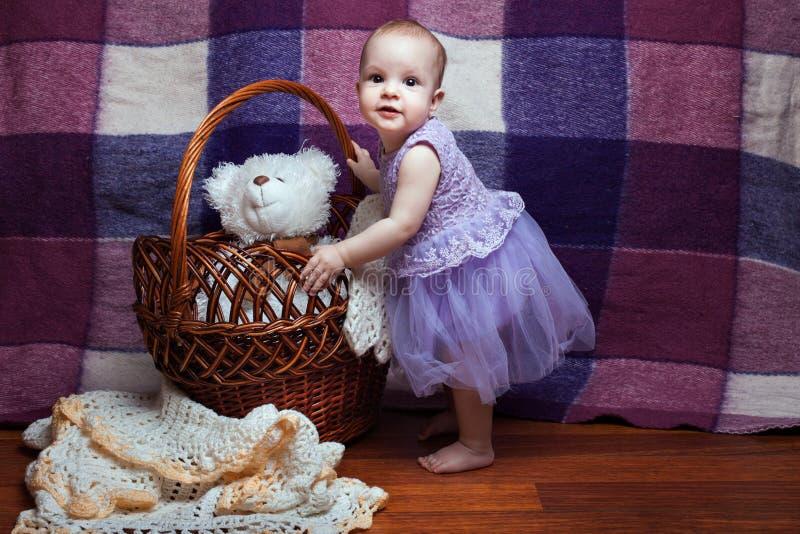 Милая девушка около корзины стоковые изображения rf