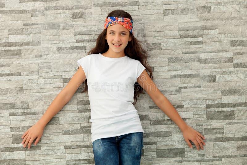Милая девушка подростка с зацветенным держателем стоковая фотография