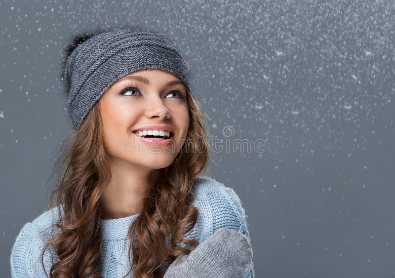 Милая девушка при снежинки имея полезного время работы стоковые фото