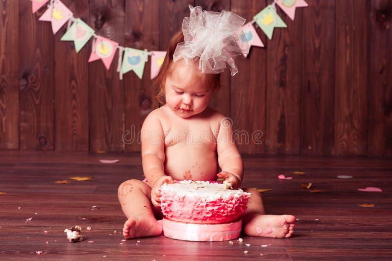 Милая девушка ребенка держа именниный пирог стоковая фотография rf