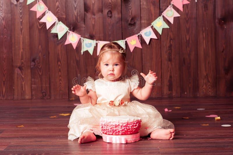Милая девушка ребенка празднуя birthyda стоковые фотографии rf