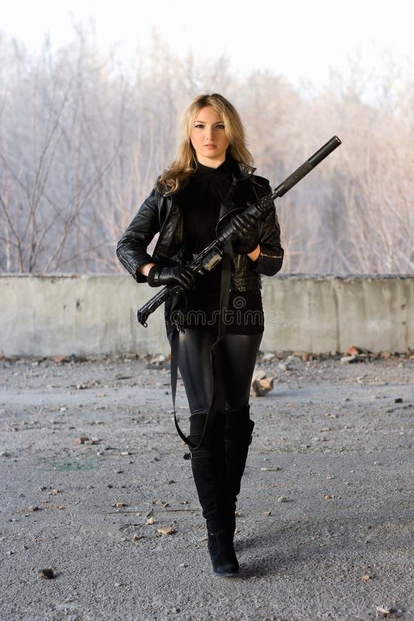 Милая девушка с винтовкой стоковые изображения