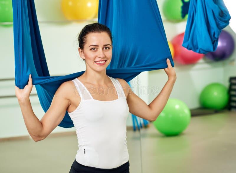 Милая девушка с воздушным гамаком йоги стоковые изображения rf