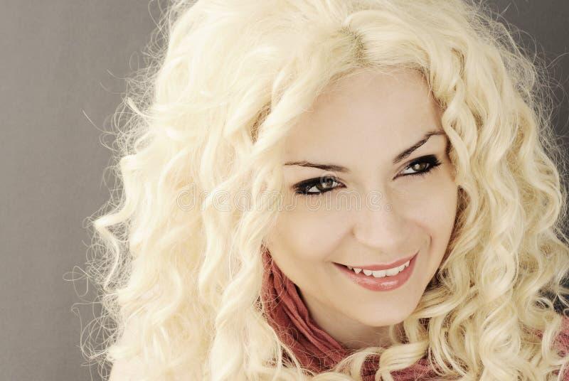 Милая девушка с вьющиеся волосы стоковая фотография