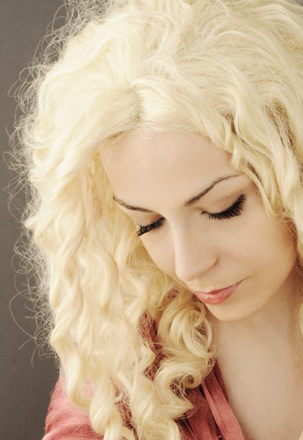 Милая девушка с вьющиеся волосы стоковые изображения