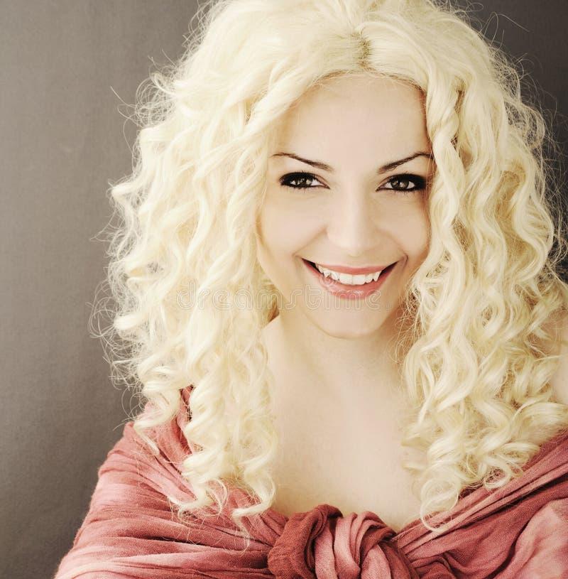 Милая девушка с вьющиеся волосы стоковое изображение