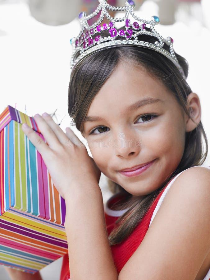 Милая девушка с подарком на день рождения стоковая фотография