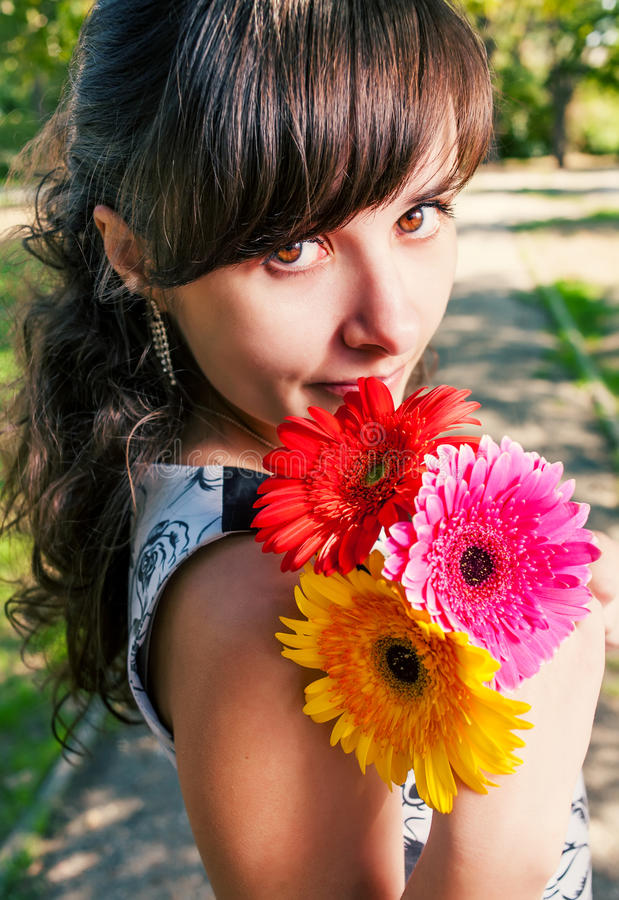 Милая девушка с пуком голов и плечи цветков стоковое фото