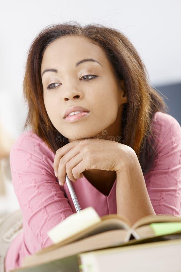Милая девушка daydreaming над книгой стоковое изображение rf