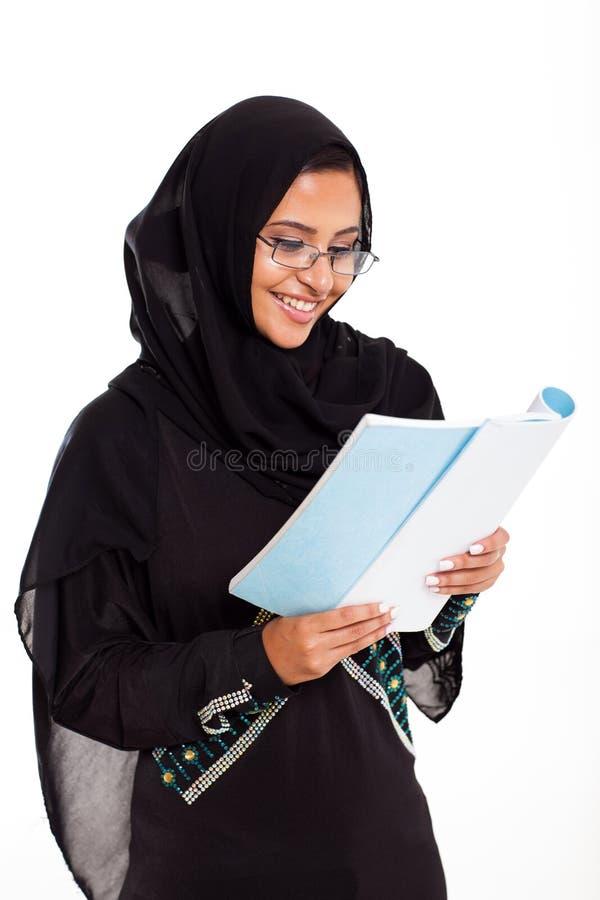 Мусульманское чтение женщины стоковое изображение rf