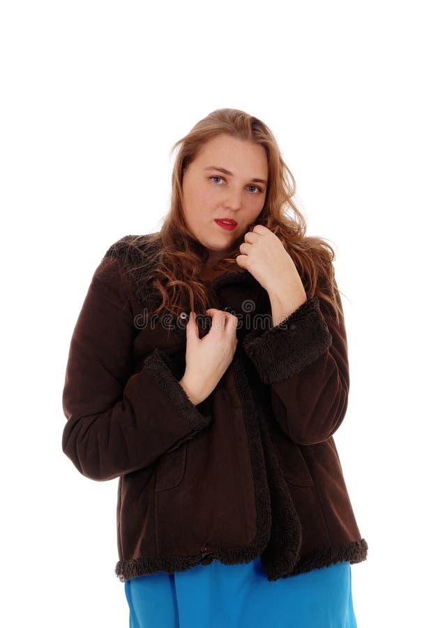 Милая женщина в коричневой поднятой домкратом зиме стоковые фото