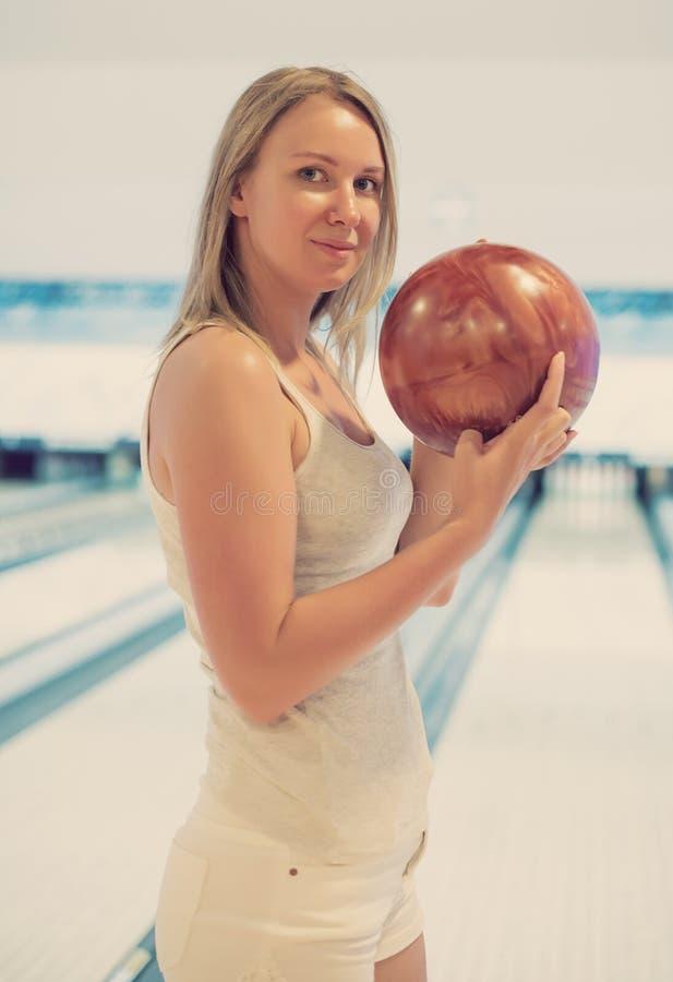 Милая женщина в клубе боулинга стоковая фотография