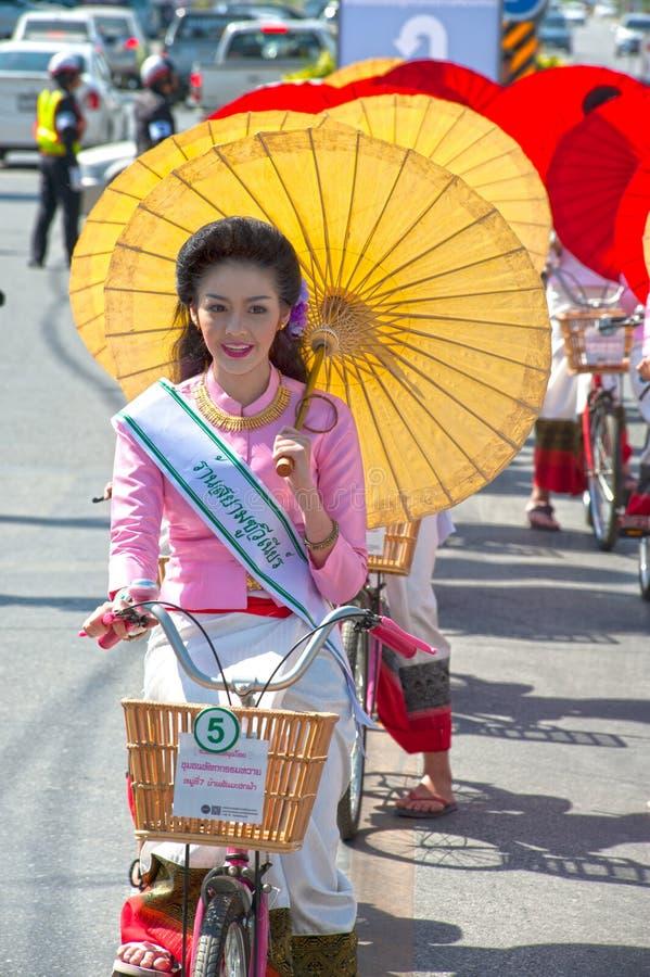 Милая женщина в параде, фестивале зонтика в Таиланде стоковое фото rf