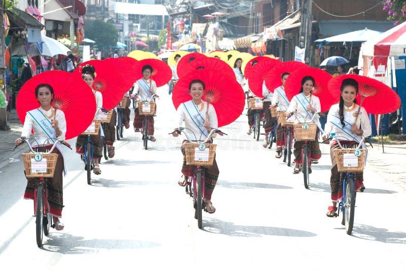 Милая женщина в параде, фестивале зонтика в Таиланде стоковая фотография