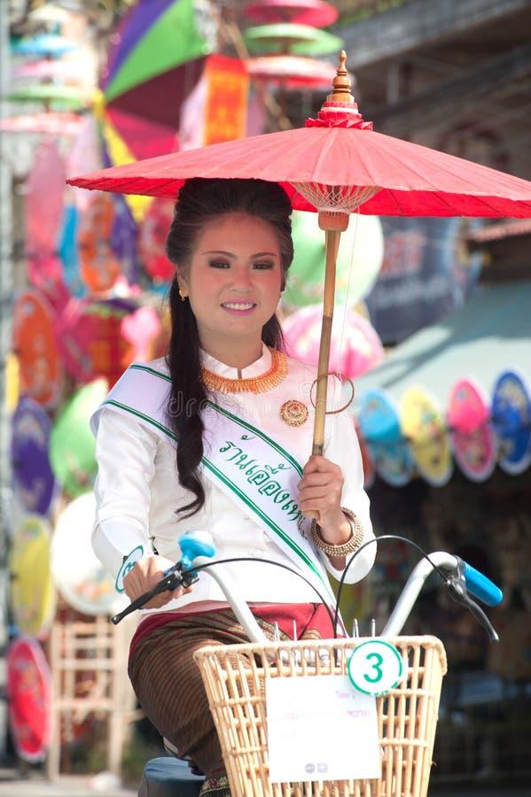 Милая женщина в параде, фестивале зонтика в Таиланде стоковые изображения rf