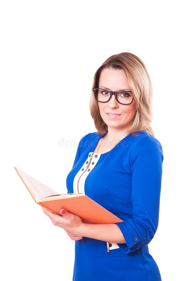 Милая женщина в стеклах с книгой в ее руках белизна изолированная предпосылкой стоковые фотографии rf