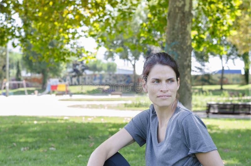 Милая женщина делает тренировки йоги стоковое фото rf