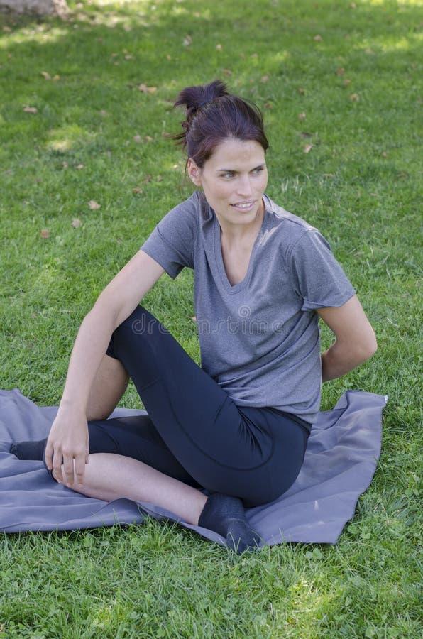 Милая женщина делает тренировки йоги стоковое изображение