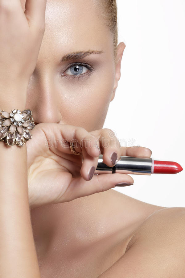 Милая женщина и красивое золото серебряные ювелирные изделия стоковые фотографии rf
