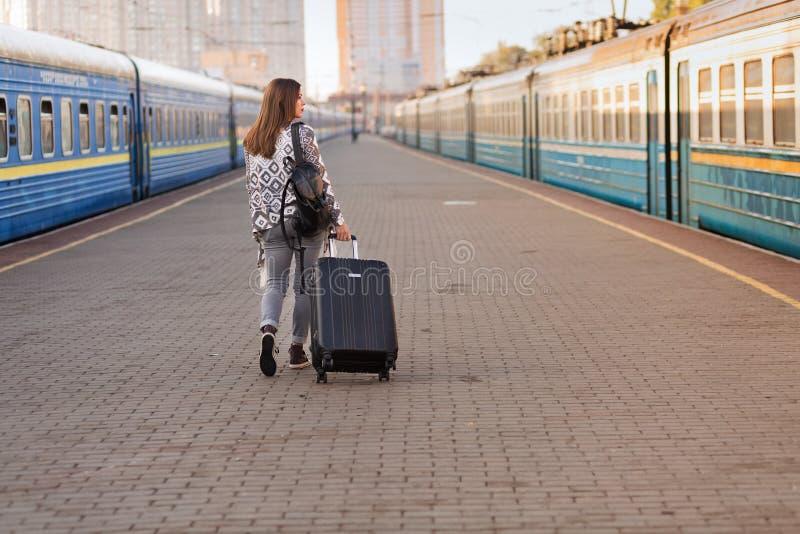 Милая женщина на вокзале стоковые фотографии rf
