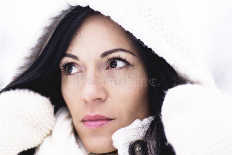 Милая женщина под клобуком стоковые изображения rf