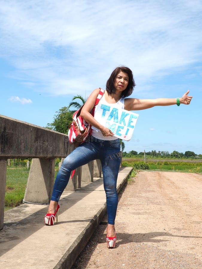 Милая женщина путешествовать на проселочной дороге стоковое фото rf