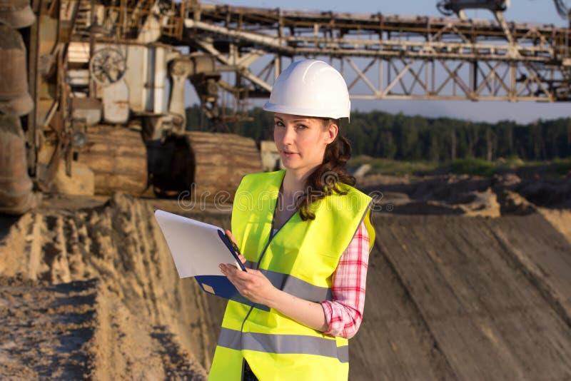 Милая женщина работая на строительной площадке стоковая фотография rf